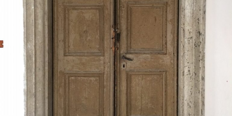 Dettaglio architettonico: portone  antico di pregio storico-artistico